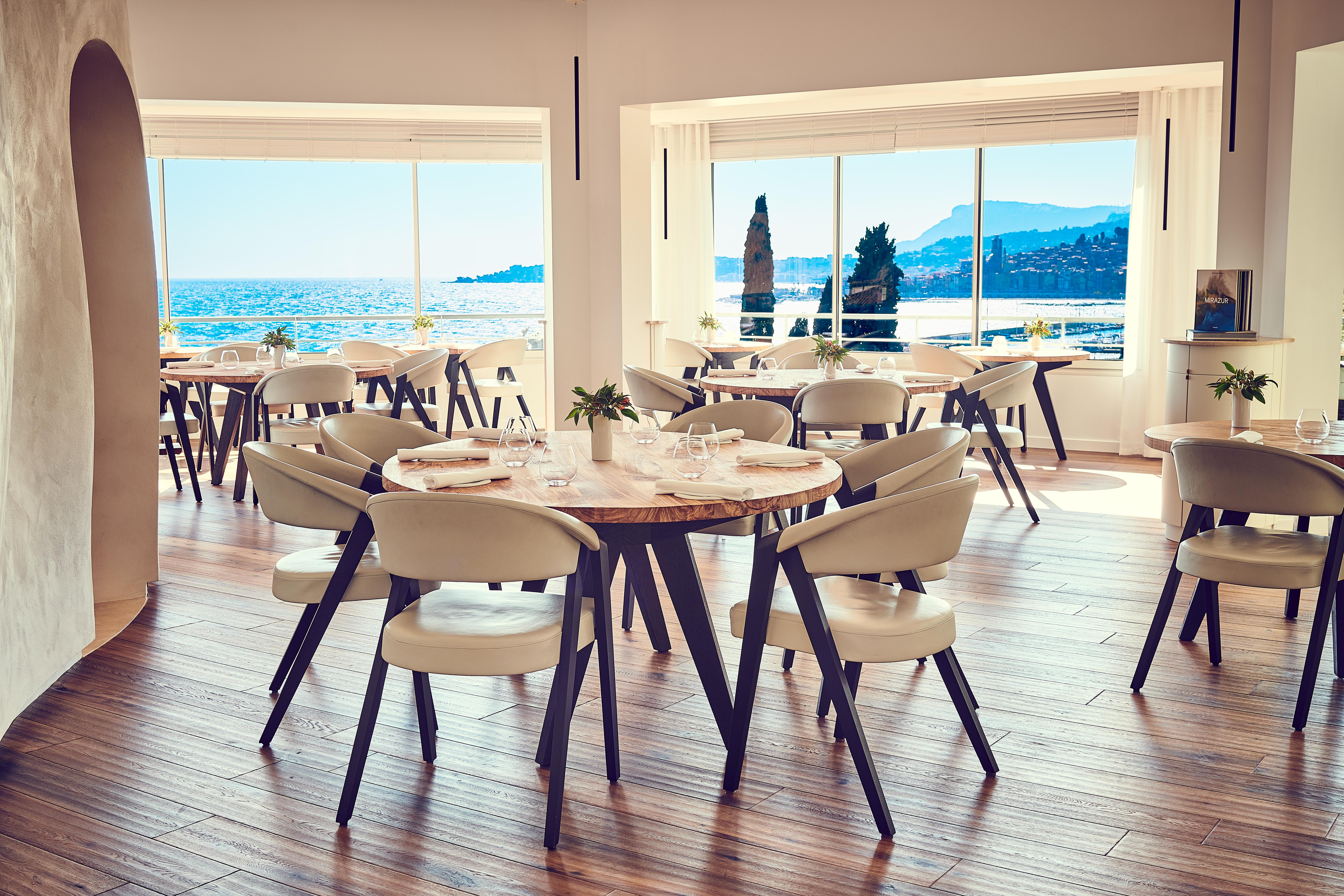 mirazur-scene-table-chairs-sala-ristorante